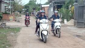 Các đội viên Đội nữ dân phòng Xuân Phú đi tuần