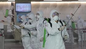 Lực lượng chức năng khử trùng sân bay quốc tế Daegu ngày 6-3, như một phần trong các biện pháp ngăn chặn Covid-19. Ảnh: Yonhap