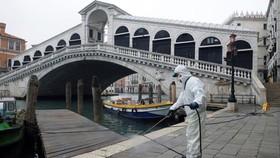 Cầu Rialto ở Venice, Italy đang được vệ sinh. Đây được xem là một biện pháp để phòng chống dịch Covid-19. Ảnh: Reuters