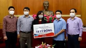 Bà Lê Thị Hồng Nhi, đại diện Unilever trao tặng gói sản phẩm tài trợ cho đại diện Văn phòng Ủy ban Trung Ương MTTQ Việt Nam