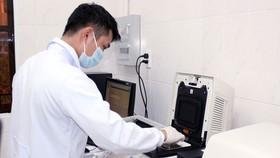 Nhân viên Trung tâm Kiểm soát bệnh tật tỉnh Đồng Nai  thực hiện xét nghiệm trên hệ thống máy Real-time PCR