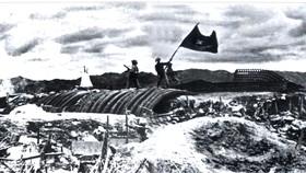 17 giờ 30 phút ngày 7-5-1954, lá cờ Quyết chiến quyết thắng của Hồ Chủ tịch  tung bay trên nóc hầm tập đoàn cứ điểm Điện Biên Phủ. Ảnh: Tư liệu