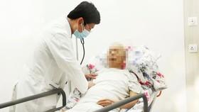 Bác sĩ thăm khám cho bệnh nhân sau khi đặt stent