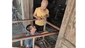 Bị ung thư còn phải gắng chăm 2 người bệnh