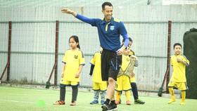 Cựu danh thủ Vũ Như Thành và các học trò nhí  ở Trung tâm Star Football do anh sáng lập
