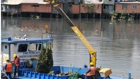 Thu gom rác trên kênh rạch tại TPHCM. Ảnh: CAO THĂNG
