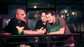 Đạo diễn Trịnh Đình Lê Minh (bìa phải) trên trường quay  phim Bằng chứng vô hình. Ảnh: ĐPCC
