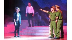 Vở Bão ngầm của Nhà hát Cải lương Việt Nam chuẩn bị tham dự liên hoan
