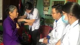 Các bác sĩ BV Thống Nhất khám bệnh cho gia đình chính sách tại Cát Tiên (Lâm Đồng)