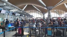 Hành khách làm thủ tục lên máy bay.