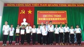Các em học sinh nghèo Lộc Ninh nhận học bổng và quà tặng  của chương trình