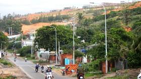 Hàng loạt các dự án bất động sản ven biển ở tỉnh Bình Thuận nằm chênh vênh trên đồi cát cao tiềm ẩn nguy cơ sạt lở cao