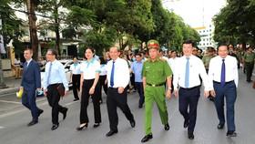 """Phó Thủ tướng Thường trực Trương Hòa Bình cùng lãnh đạo các ban ngành đi bộ hưởng ứng """"Ngày toàn dân phòng, chống mua bán người"""""""