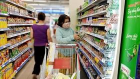Người tiêu dùng mua sắm tuân thủ việc đeo khẩu trang đảm bảo an toàn