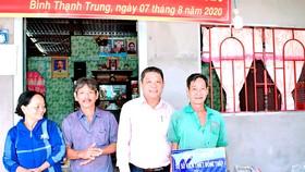 Công ty TNHH MTV Xổ số Kiến thiết Đồng Tháp trao tặng nhà tình thương ở xã Bình Thạnh Trung, huyện Lấp Vò