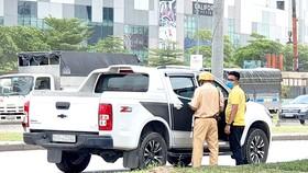 CSGT xử lý một ô tô bán tải vi phạm trên đại lộ Nguyễn Văn Linh, quận 7 vào trưa 18-8