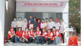 Bà Nguyễn Thị Thu Thủy (Phó giám đốc đối ngoại Công ty CPHH Vedan Việt Nam)  và gia đình cùng đại diện các ban ngành đoàn thể huyện Nhơn Trạch  trong buổi trao tặng mái ấm tình thương