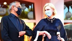 Chủ tịch ban giám khảo, nữ diễn viên Cate Blanchett  và Giám đốc LHP Alberto Barbera. Ảnh: Getty Images