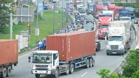 Xe container lưu thông trên xa lộ Hà Nội đoạn qua quận 2, TPHCM, chiều 11-9-2020. Ảnh: CAO THĂNG