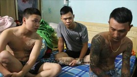 Các đối tượng bị công an thành phố Đồng Xoài bắt giữ. Ảnh: TTXVN