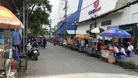 Các xe đẩy bán hàng rong chiếm dụng lòng đường trước cổng  Trường Tiểu học Nguyễn Thị Minh Khai (quận Gò Vấp)