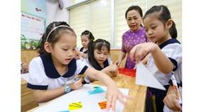 Cô Nguyễn Thị Thu Vân hướng dẫn học sinh lớp 1/6 Trường Tiểu học Nguyễn Bỉnh Khiêm, quận 1 bài học nhóm. Ảnh:  HOÀNG HÙNG