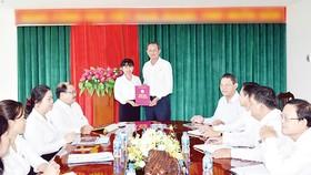 Ông Lưu Hoàng Tân - Chủ tịch, Giám đốc Công ty  trao quyết định cho bà Đặng Thị Ngọc Hiền