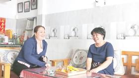 Bà Trương Thị Thanh Thúy (bên phải) cùng gia đình đã vượt nghèo, vượt cận nghèo nhờ lao động và kiên trì cho các con học tập