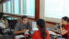 Nhà đầu tư nghe tư vấn mở tài khoản tại công ty chứng khoán. Ảnh: CAO THĂNG