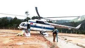 Trực thăng tiếp tế lương thực vùng Phước Lộc