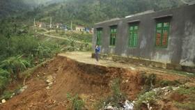 Toàn cảnh điểm sạt lở tại Trường Tiểu học Trà Lâm, trường thôn Trà Khương