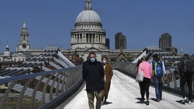 Người dân đeo khẩu trang phòng dịch COVID-19 tại London, Anh . Ảnh: Getty Images