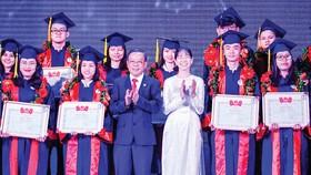 Trưởng Ban Dân vận Thành ủy TPHCM Nguyễn Hữu Hiệp  và Bí thư Thành đoàn TPHCM Phan Thị Thanh Phương  tuyên dương các thủ khoa. Ảnh: VIỆT DŨNG
