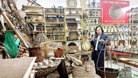 Ông Nguyễn Quang Cương bên các hiện vật trưng bày  tại Bảo tàng Hoa Cương