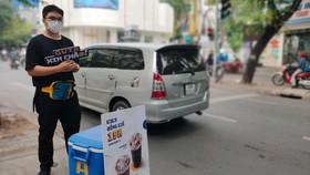 Sinh viên năm 2 một trường đại học, bán cà phê mang đi  tại góc đường Võ Văn Tần - Trương Định, quận 3  (ảnh chụp trưa 15-12). Ảnh: DŨNG PHƯƠNG