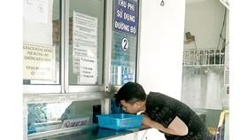 Đăng ký dịch vụ thu phí tự động không dừng  tại Trung tâm Đăng kiểm 50-06V, quận 7, TPHCM. Ảnh: ĐỨC TRUNG