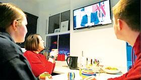 Người dân Anh theo dõi tuyên bố của Thủ tướng Boris Johnson  trên truyền hình