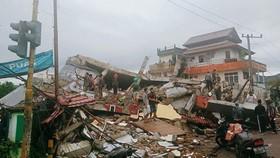 Nhiều ngôi nhà bị sập trong động đất ở Mamuju, Tây Sulawesi, Indonesia, ngày 15-1. Ảnh: AP.