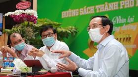 Bí thư Thành ủy TPHCM Nguyễn Văn Nên  trao đổi với Ban Giám đốc Đường sách TPHCM. Ảnh: DŨNG PHƯƠNG