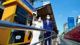 Có những cặp vợ chồng trẻ chọn cách tổ chức lễ cưới tiết kiệm, đảm bảo an toàn trong mùa dịch. Ảnh:  PHƯƠNG NGHI