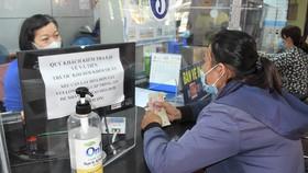 Tại các cửa bán vé của ga Sài Gòn trang bị các bình xịt khử khuẩn  cho hành khách. Ảnh: ĐÌNH LÝ