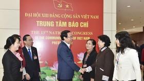 Bí thư Thành ủy TPHCM Nguyễn Văn Nên trao đổi cùng các  đại biểu đoàn TPHCM tại Đại hội XIII của Đảng trong ngày 29-1. Ảnh VIẾT CHUNG