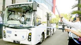 Xe buýt điện chạy thử nghiệm ở Jakarta trong năm 2020. Ảnh: Jakarta Globe