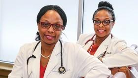 Bác sĩ Delana Wardlaw và Elana McDonald