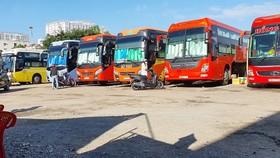 Dù đăng ký là bãi giữ xe, nhưng bên trong bãi xe 397 Đinh Bộ Lĩnh vẫn hoạt động đón,  trả khách tương tự một bến xe