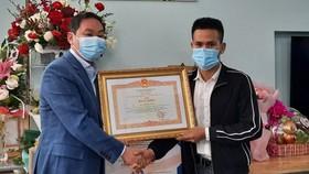 Trao bằng khen của Thủ tướng cho công dân Nguyễn Ngọc Mạnh