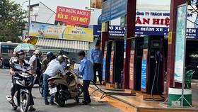 Khách đổ xăng tại cửa hàng xăng dầu ngã 3 đường Kinh Dương Vương - Tên Lửa, quận Bình Tân. Ảnh: CAO THĂNG