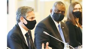Ngoại trưởng Mỹ Antony Blinken (trái) và Bộ trưởng Quốc phòng  Lloyd Austin hội đàm với các quan chức đồng cấp Nhật Bản