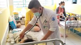 BS CK2 Dư Tuấn Quy, Phó trưởng Khoa Nhiễm - Thần kinh, BV Nhi đồng 1 thăm khám cho bệnh nhi tay chân miệng