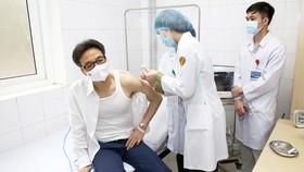Phó Thủ tướng Vũ Đức Đam tiêm vaccine Nano Covax. Ảnh: VIẾT CHUNG